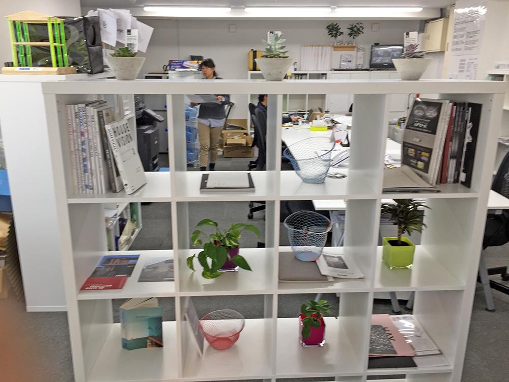 オフィスの棚。パーテーション代わりに観葉小鉢を配置