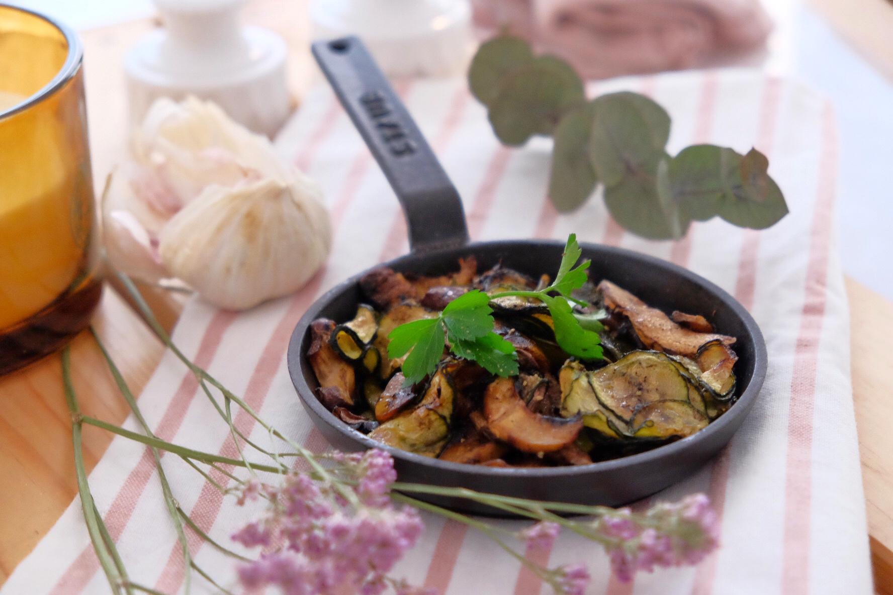 Légumes au four accompagnés d'ail noir.