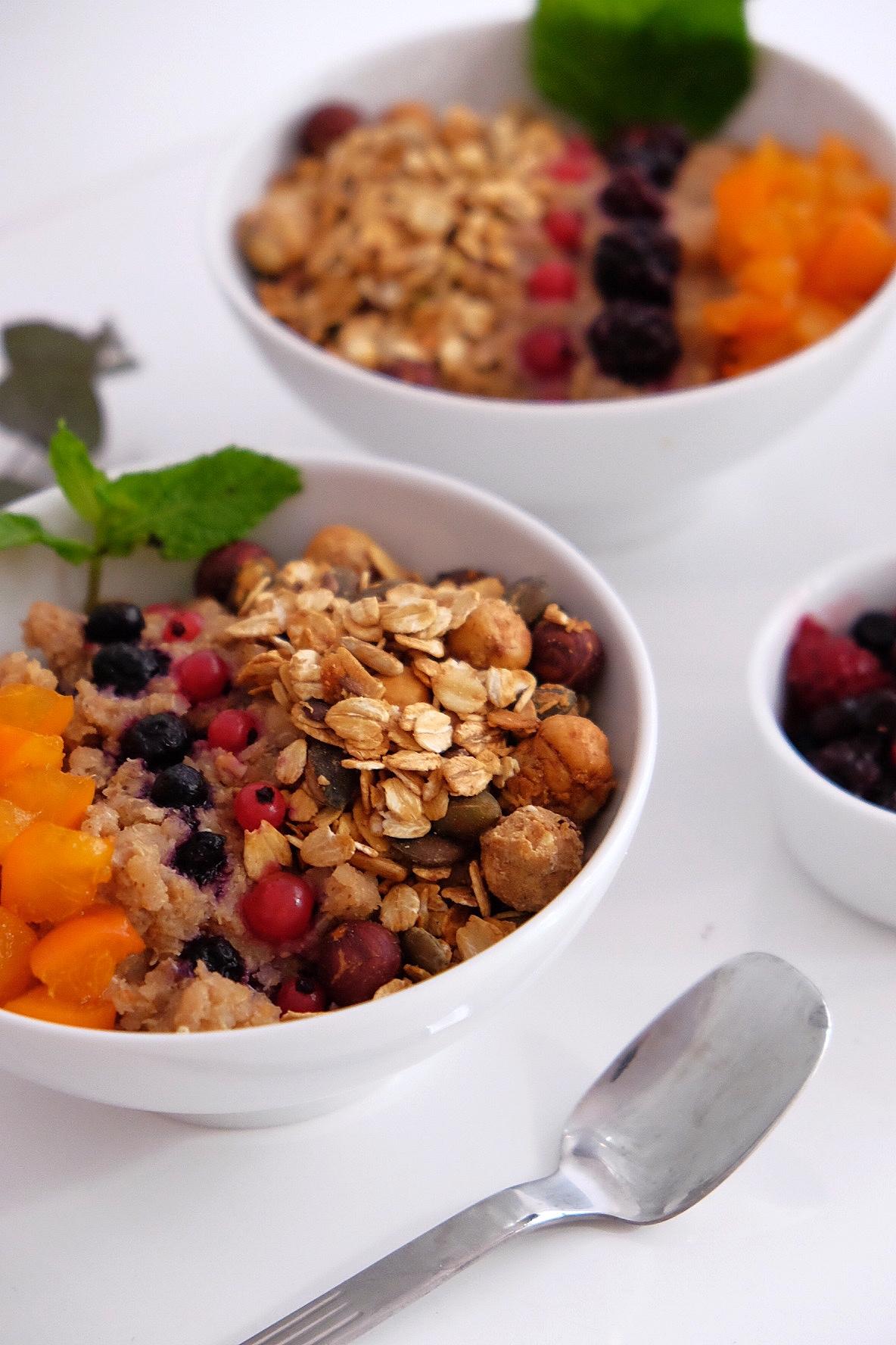 Almond quinoa porridge with cinnamon