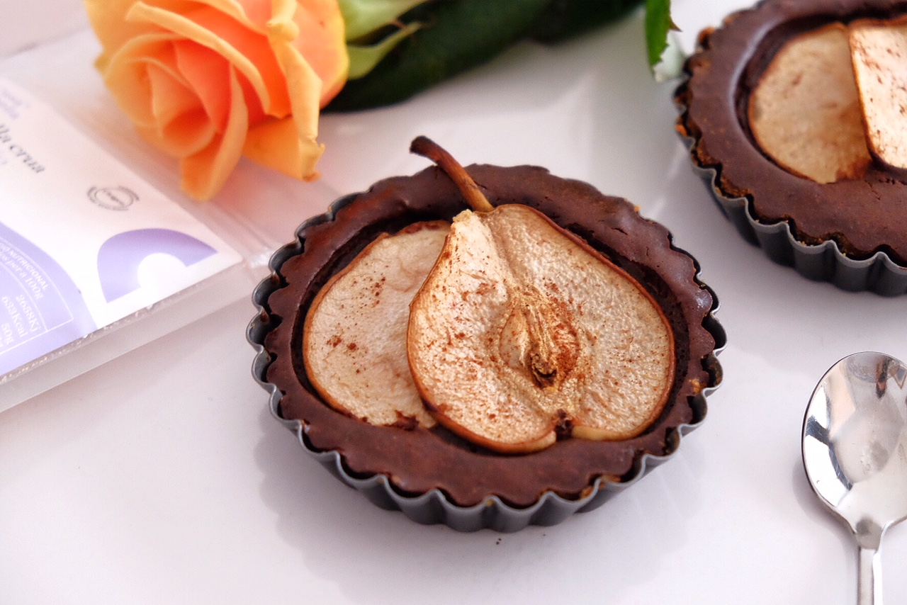 Chocolate tartlets with almond crumble and fresh pears