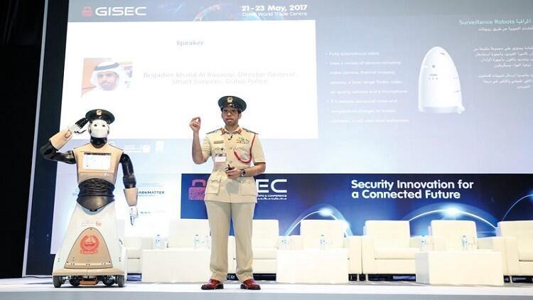 أول شرطي آلي في دبي.. يقرأ المشاعر ويكشف المجرمين!