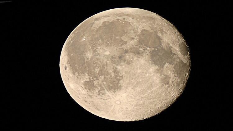 القمر يحتوي على الماء!