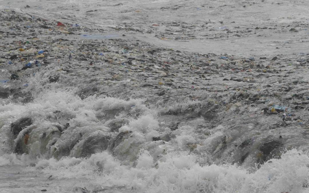 تمديد مكب طرابلس العشوائي … إنهيار النفايات الى البحر بات وشيكاً