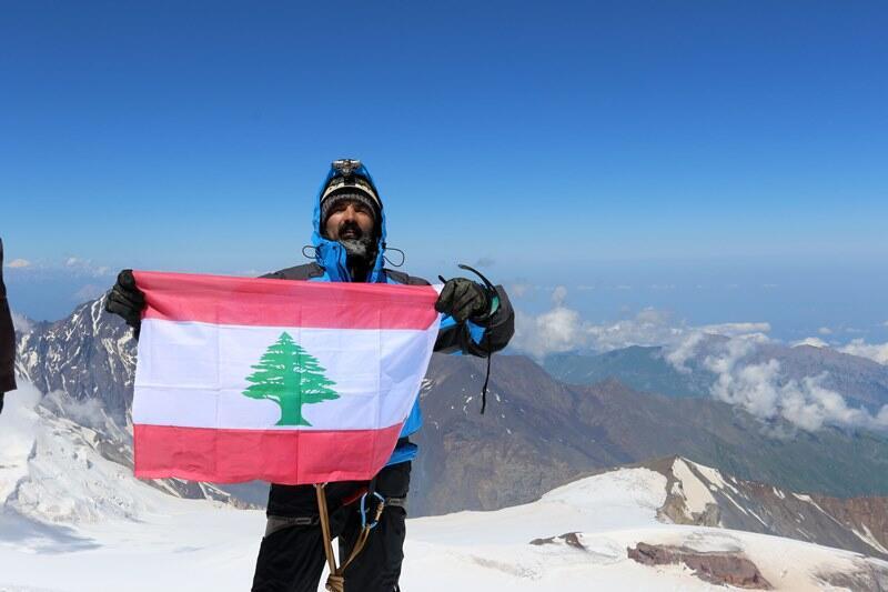 نضال صلح رفع علم لبنان على احدى أعلى قمم أوروبا: أوصلت رسالة أن بعلبك مدينة السلام تنتظر أبناء الوطن