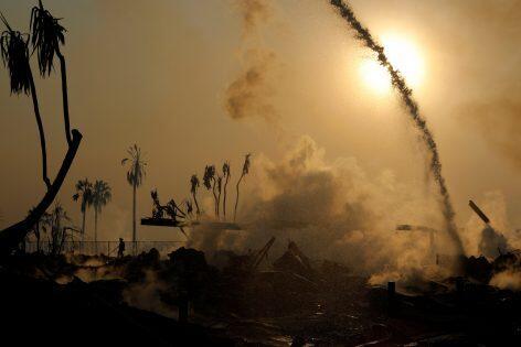 حريق غابات يدمر مئات المنازل ويجبر الآلاف على النزوح في كاليفورنيا