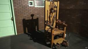 طبيب أسنان قام باختراع الكرسيّ الكهربائيّ الذي يُستخدم في الإعدام، كما قام موظفون لدى توماس أديسون بوضع أوّل تصميم فعّال له.
