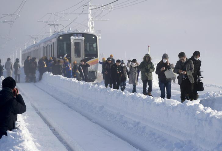 تقطع السبل بمئات المسافرين في قطار ياباني بسبب الثلوج