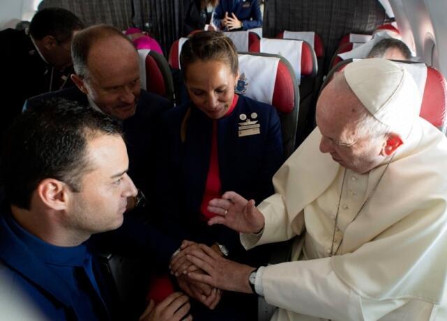 البابا فرنسيس يترأس زفافا في الجو