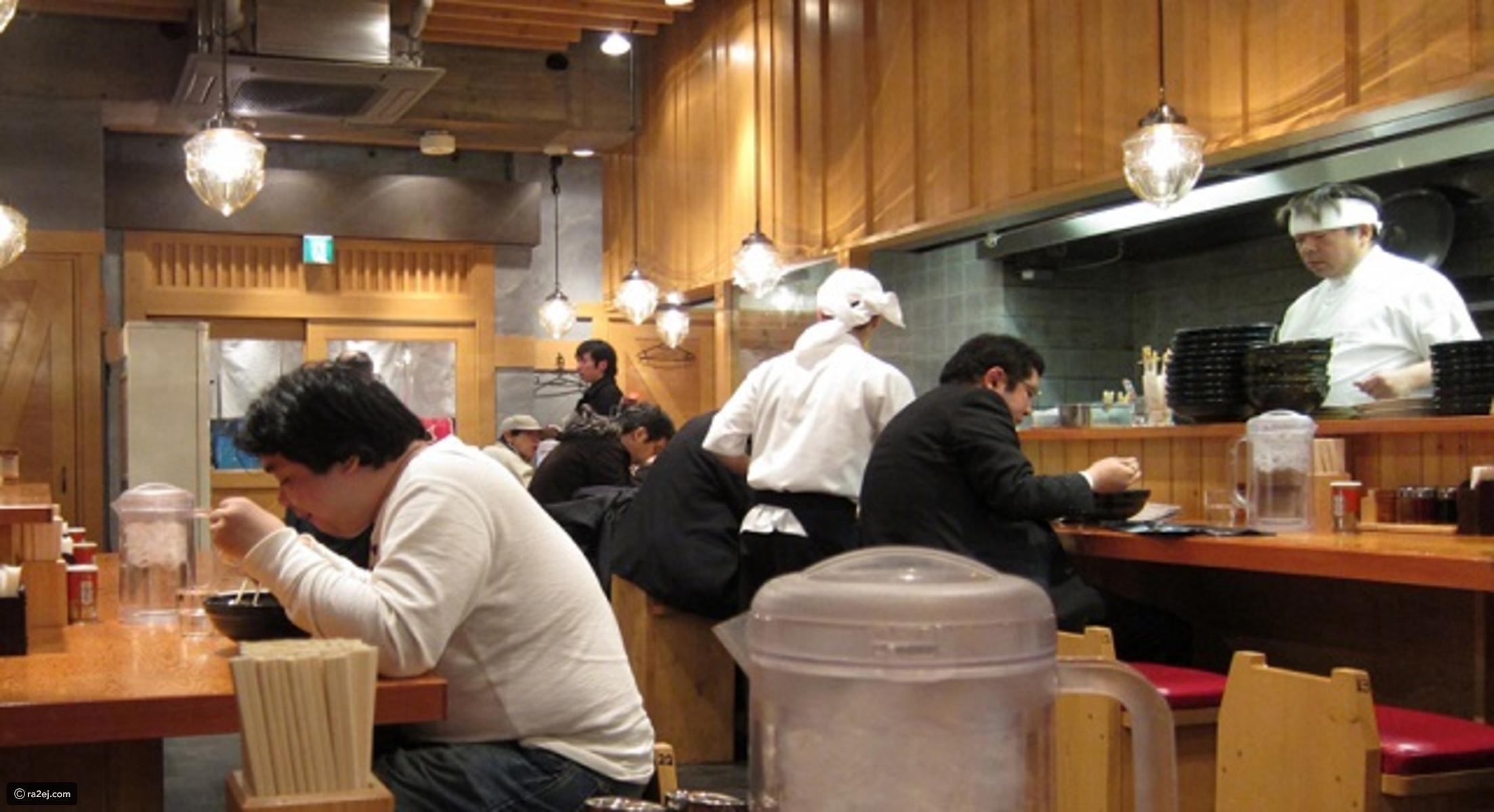 في اليابان ممنوع على المرأة الجلوس مقابل الرجل في المطاعم العامة