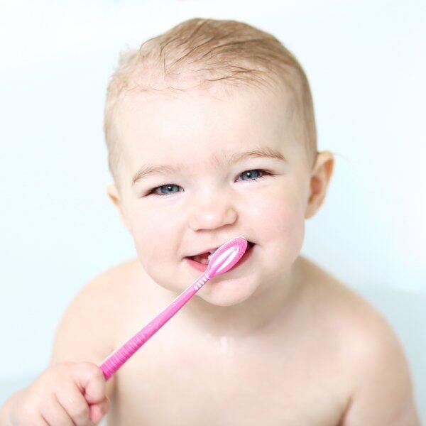 16 نصيحة هامة للعناية بأسنان الطفل اللبنية