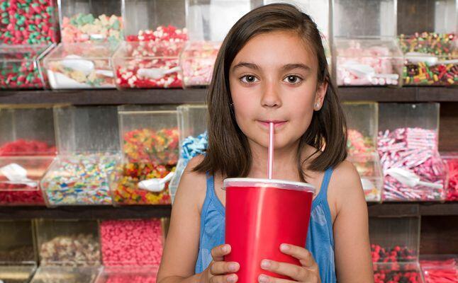 هكذا تؤثر المشروبات الغازية على قدرات طفلك الذهنية!