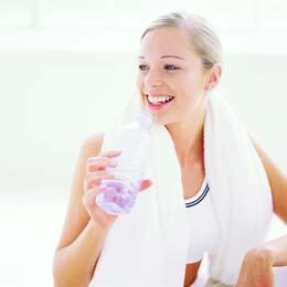 شرب سوائل كثيرة في الصباح يجعلك أكثر سعادة ونشاط