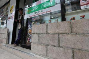 تايلاند تستعد للفيضانات والسكان يكدسون قوالب الطوب وأكياس الرمل