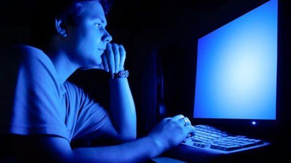 ضوء الأجهزة الإلكترونية الأزرق سمّ فتّاك بالعيون!