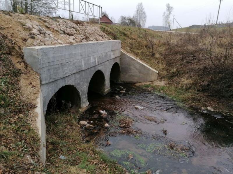 с одной стороны водопропускная труба невостребована, с другой - речка упирается в бетон