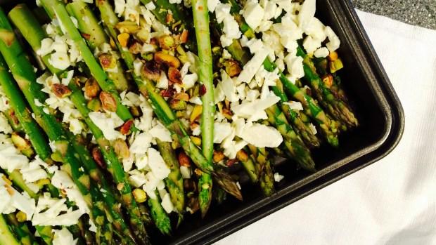 Ovnsbakt asparges med feta & pistasjnøtter