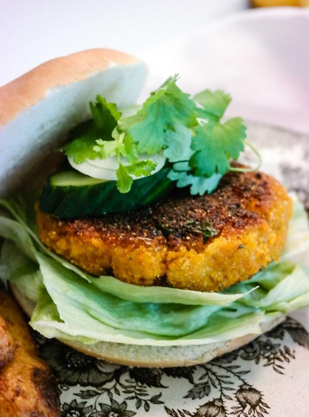 Supersaftig, supersmakfull og superenkel gulrotburger med mais og koriander - dette er burgerheaven!
