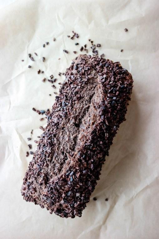 Vegansk bananbrød med kakao og kakaonibs