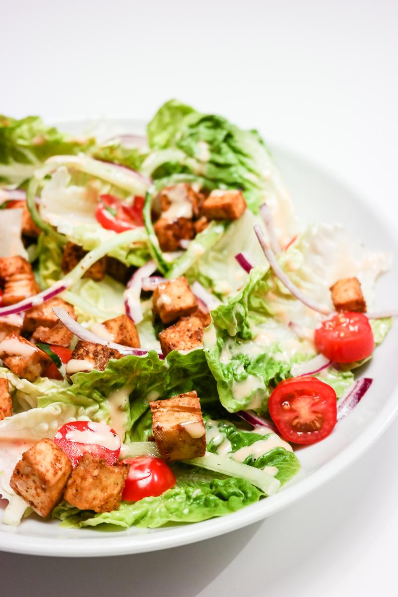 Hjertesalat med kryddertofu og chillimajones er en perfekt middagssalat!