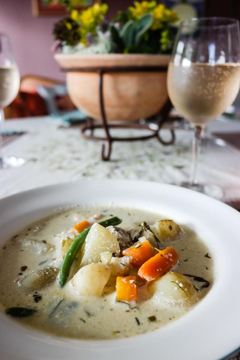 Sunnabäckens grønnsakssuppe består av gorgonzola, creme fraiche, grønnsaker og en masse friske urter - en suppehimmel!