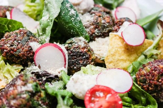 Alt som er godt pluss salat: Spinat- og quinoaboller, hvitløksdressing og nachos. One happy foodfamily!
