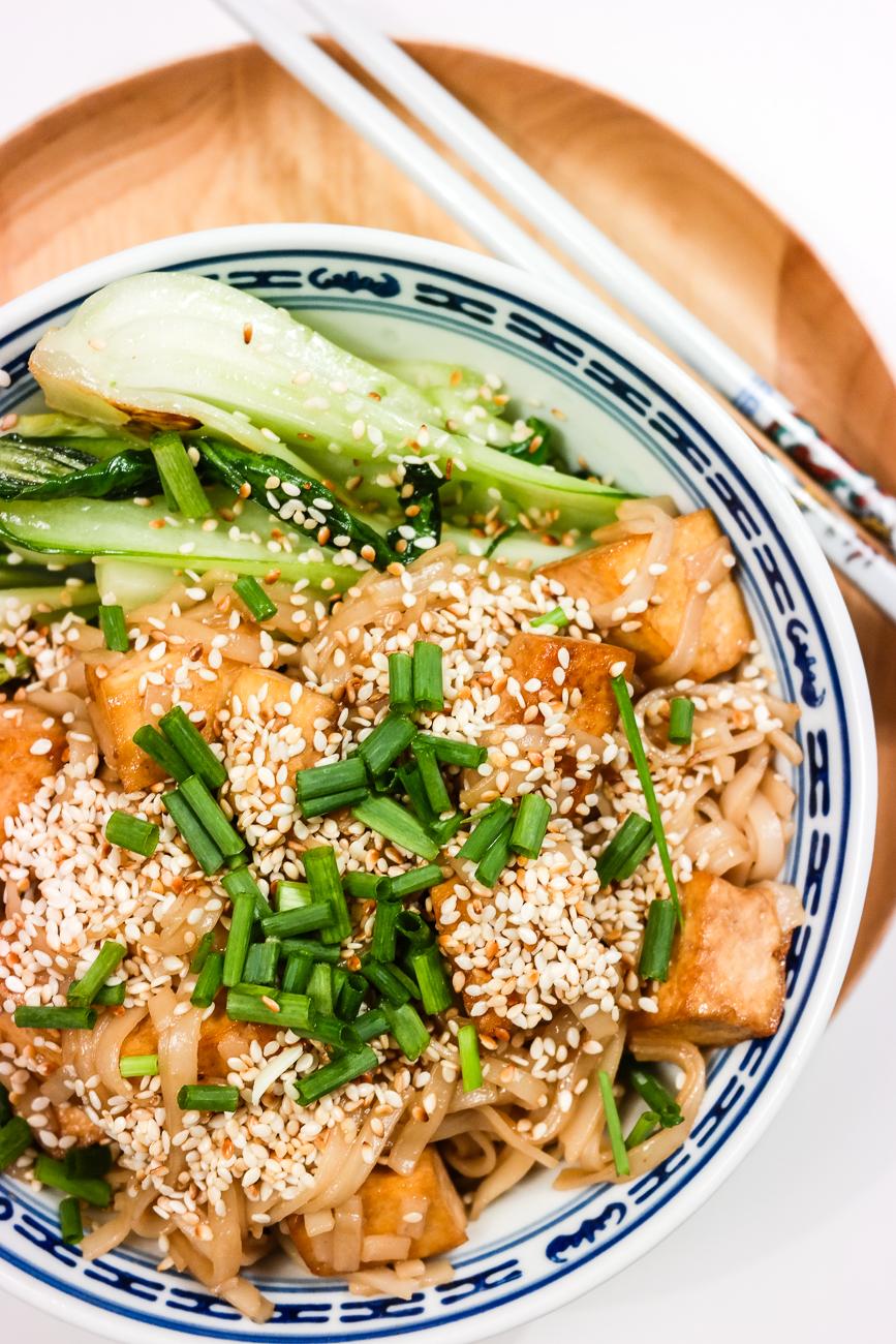 Risnudler med bok choy, tofu og sesamsaus