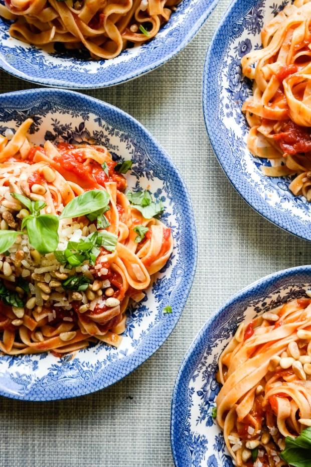 Marcella Hazans smørtomatsaus - den eneste tomatsausen du trenger å lære deg utenatt. Og den har bare tre ingredienser!