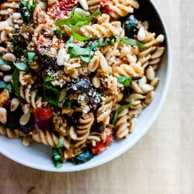 Lag en frisk og sunn italiensk pastasalat til middag!