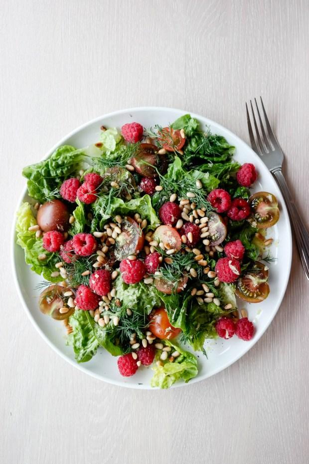 Salat på tre og et halvt minutt? Lett, med tomat- og bringebærsalat på repertoaret!
