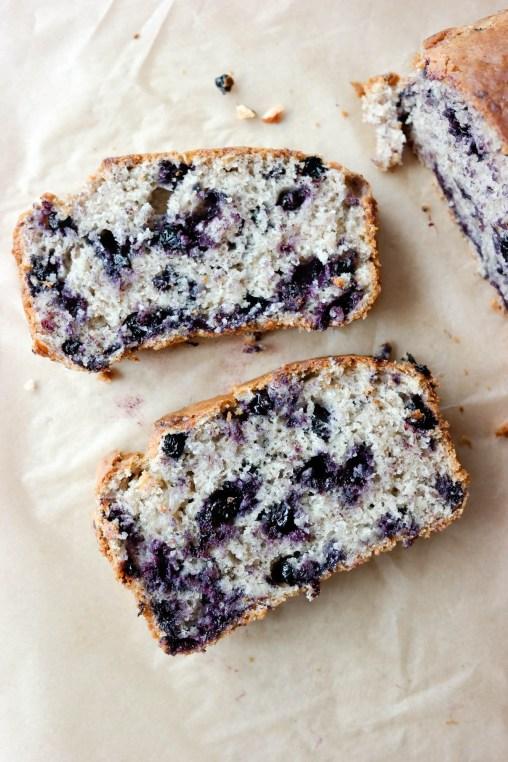 Lyst på noe godt som tar kort tid å bake? Vegansk bananbrød (banankake) med blåbær er en sikker hit.