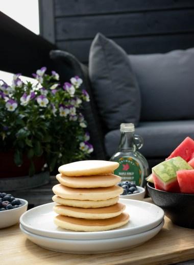 Veganske, amerikanske pannekaker er perfekt både til frokost og dessert (og strengt tatt middag)!