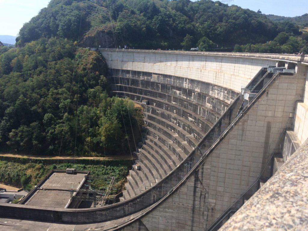 Vue d'un barrage hydraulique avec production d'électricité, une solution de stockage de l'énergie à grande échelle