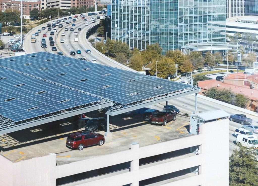 Ombrières de parking avec panneaux solaires pour recharger les voitures électriques