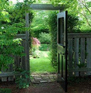 700_vintage-door-as-gate