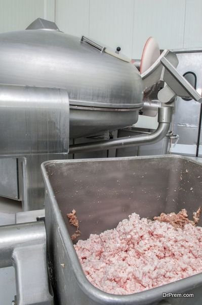 Vacuum syringe for production of sausages, sausages and so forth