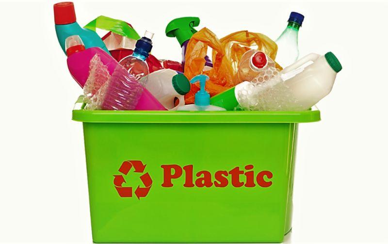 recycle-plastic &quot;width =&quot; 800 &quot;height =&quot; 503 &quot;srcset =&quot; https://i2.wp.com/greendiary.com/wp-content/uploads/2018/03/ recycle-plastic-2.jpg? w = 800 &amp; ssl = 1 800w, https://i2.wp.com/greendiary.com/wp-content/uploads/2018/03/recycle-plastic-2.jpg?resize=216 % 2C136 &amp; ssl = 1 216w, https://i2.wp.com/greendiary.com/wp-content/uploads/2018/03/recycle-plastic-2.jpg?resize=300%2C189&amp;ssl=1 300w, https: / /i2.wp.com/greendiary.com/wp-content/uploads/2018/03/recycle-plastic-2.jpg?resize=768%2C483&amp;ssl=1 768w, https://i2.wp.com/greendiary. it / wp-content / uploads / 2018/03 / recycle-plastic-2.jpg? resize = 585% 2C368 &amp; ssl = 1 585w &quot;sizes =&quot; (larghezza massima: 800px) 100vw, 800px &quot;data-recalc-dims =&quot; 1&quot; /&gt;  </p> <p> In genere i prodotti in plastica riciclabili hanno il simbolo del triangolo impresso su di esso, spesso sul fondo di bottiglie e contenitori. Se vedi questo simbolo, sai che può e deve essere riciclato. In effetti, la plastica riciclata è estremamente preziosa e viene riutilizzata in molti dei prodotti che utilizziamo regolarmente. Bottiglie, penne, materiali da costruzione, mobili, tappeti, borse, sacchetti per la spazzatura e buste sono solo alcuni degli articoli realizzati con plastica riciclata. </p> <h2> 2. Rendilo facile da riciclare a casa </h2> <p> Hai meno probabilità di riciclare i tuoi prodotti di plastica se devi fare a meno di farlo. Molte persone scelgono di tenere i loro contenitori per il riciclaggio nel garage o all&#39;esterno. Mentre quello va bene, può ancora essere tentato di buttare via la bottiglia di plastica o il contenitore dello yogurt in modo da non dover fare alcuno sforzo in più. Puoi rendere le cose super facili su te stesso mantenendo un contenitore per il riciclaggio facilmente accessibile. La tua spazzatura ha due contenitori? Perfezionare. Usane uno per la spazzatura e uno per il riciclaggio. Non hai spazio disponibile per un cestino di riciclaggio? N