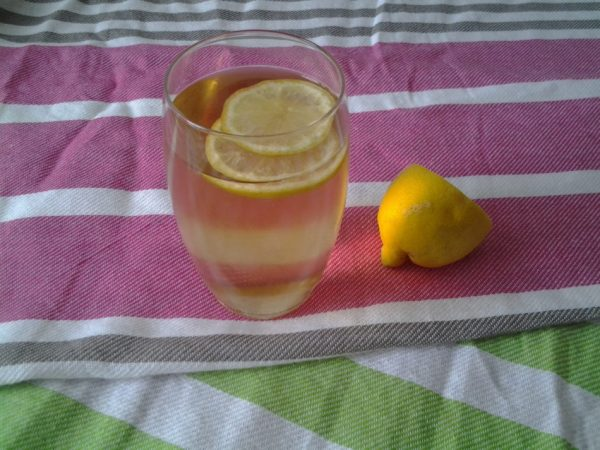 Iced tea vlierbloesemsiroop en citroenmelisse