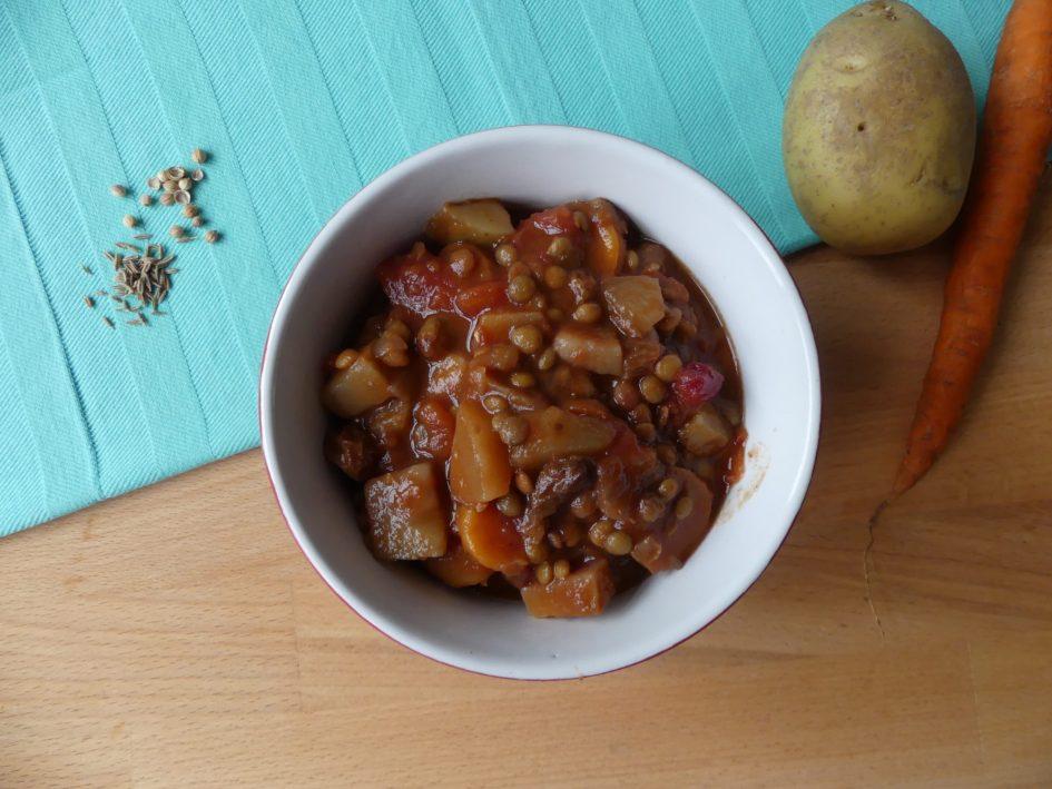 Vegetarische groentestoofpot met bruine linzen
