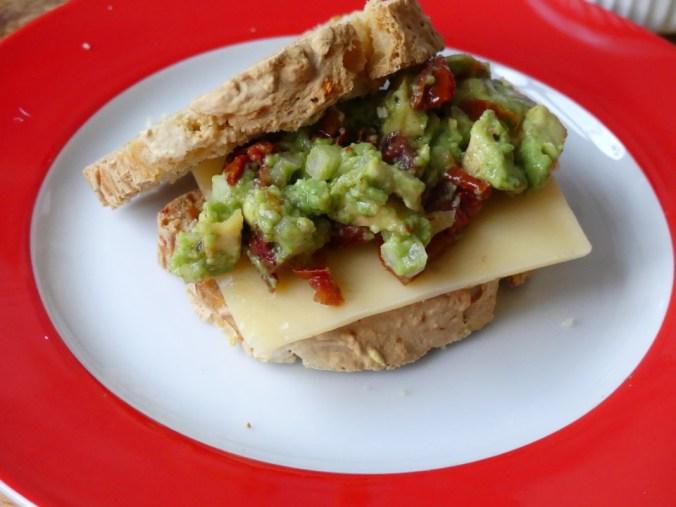 Zelfgemaakt brood met avocado