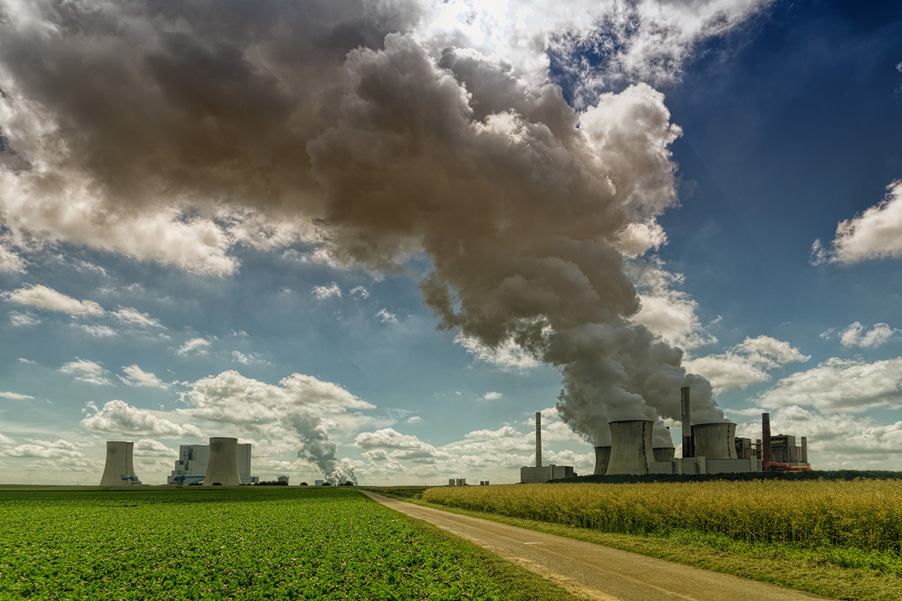 Coal power plants are a major contributor of air pollution. Image by Johannes Plenio from Pixabay.