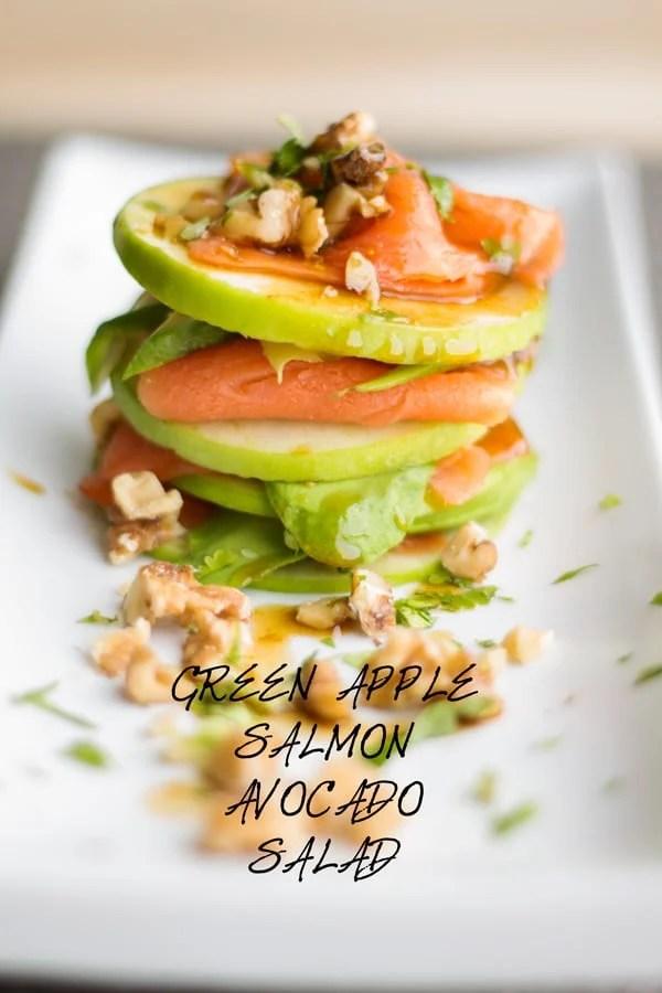 Green Apple Salmon Avocado Salad su un lungo piatto bianco.