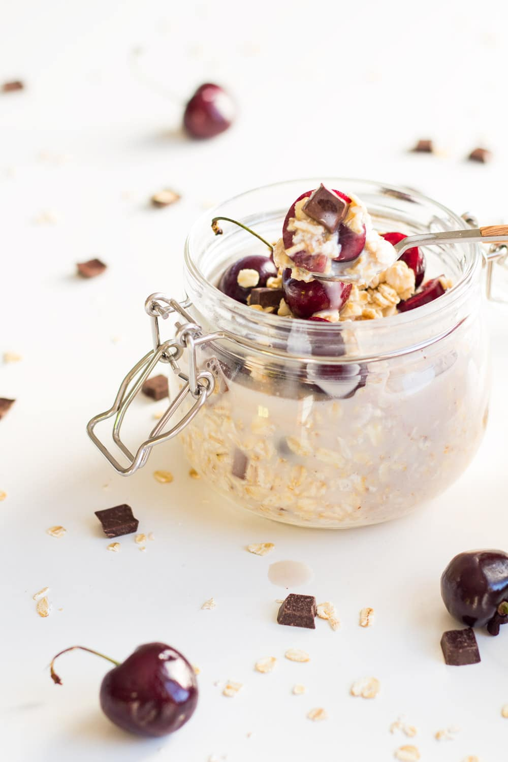 A recipe for healthy and delicious Dark Chocolate Cheery Vegan Overnight Oats. The perfect breakfast prepared in 2 minutes!