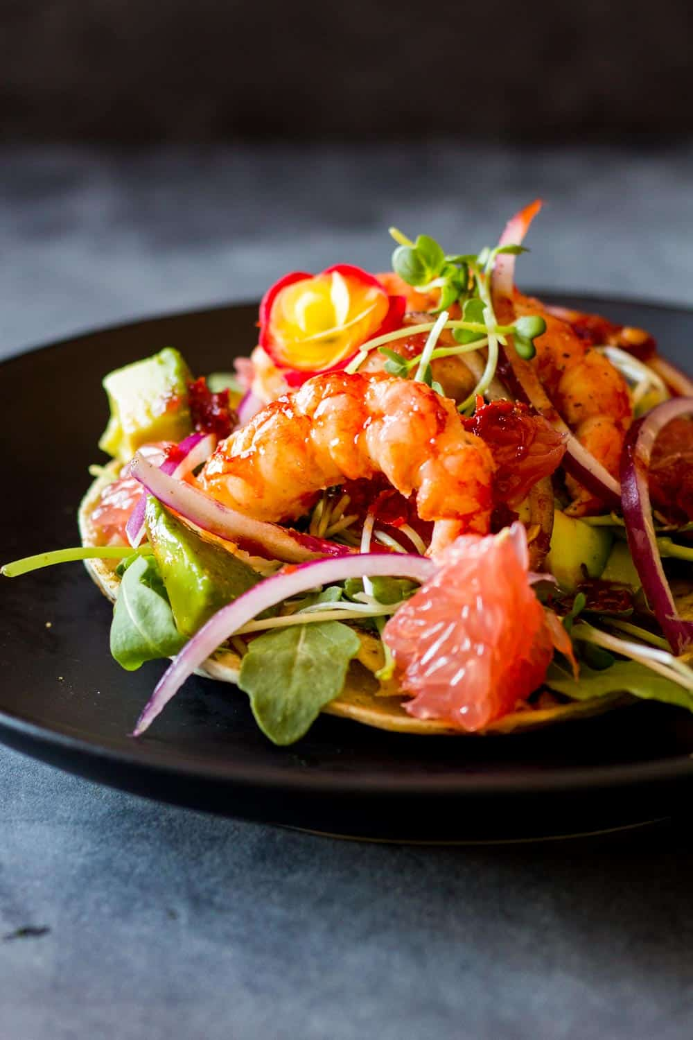 15-Minute Shrimp Tostadas, the perfect dinner for busy workdays! Crunchy tostada, fresh arugula, creamy avocado, juicy grapefruit, delicious shrimps and sweet-and-sour red chilli sauce. WOAH!