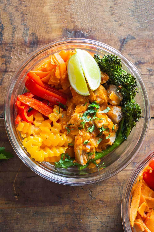 """Tay Tavuk Körisi Yemek Hazırlama Kasesi Close-up """"genişlik ="""" 600 """"yükseklik ="""" 900 """"data-pin-açıklama ="""" Süper lezzetli Tay Tavuk Körisi, sebzelerle dolu ve yemek hazırlığı için mükemmel! Hazırlık süresi 10 dakika, fırında 20 dakika ve bitirdiniz! Göz açıp kapayıncaya kadar yapılan yemek veya 4 öğlen yemeği"""
