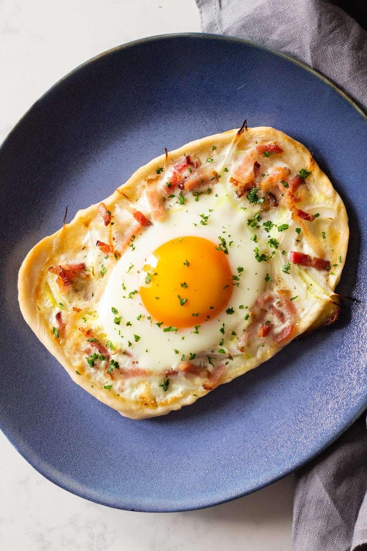 Breakfast pizza on a blue plate