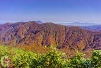 向白神岳越しに岩木山と八甲田山を望む