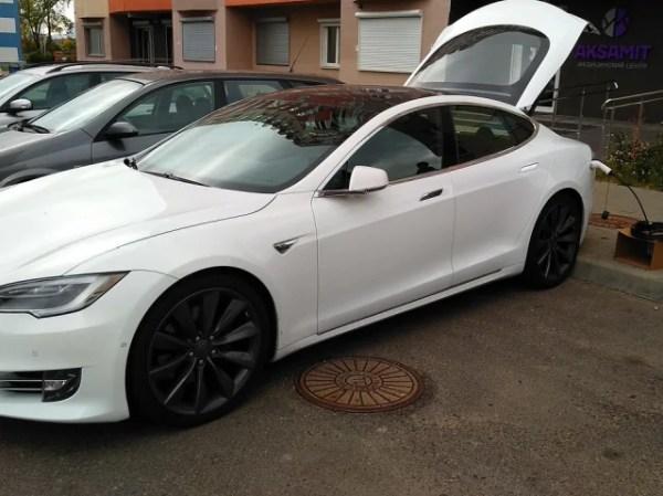 Заряжаем Tesla Model S