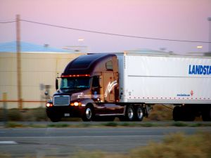800px-Burgundy_Semi_Truck_(2891788700)