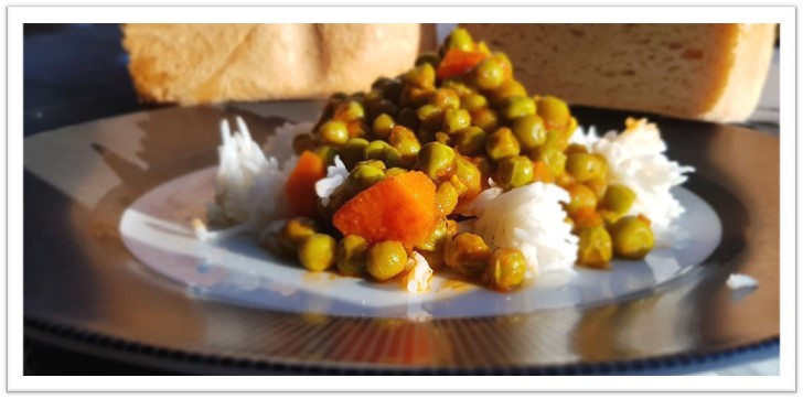 Green peas in tomato sauce – quick and easy meal (vegan)