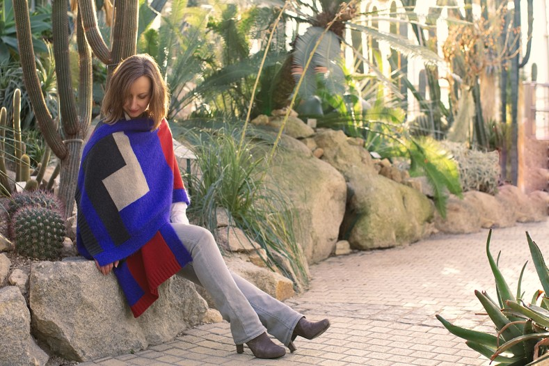 greenlooksgreat-sustainable-poncho-blue-red-grey